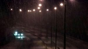 Autoja räntäsateessa moottoritiellä.