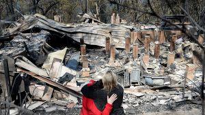 Winmaleen kylän asukkaat seisoivat maastopalon tuhoaman talonsa raunioilla.