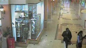 Kaksi Westgate-ostoskeskuksen terrori-iskuun osallistunutta miestä ostoskeskuksen käytävällä.