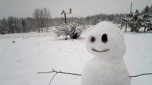 Lumiukko pihalla.