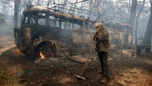 Australialainen Sean Butler seisoo pensaspalojen tuhoamassa maisemassa Lithgowissa.