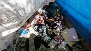Syyrialainen perhe istuu teltassa pakolaisleirissä Turkissa.