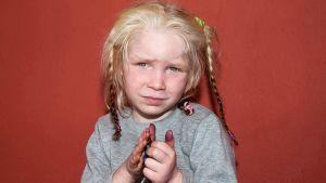 Kreikan poliisi julkaisema kuva vaaleasta pikkutytöstä.