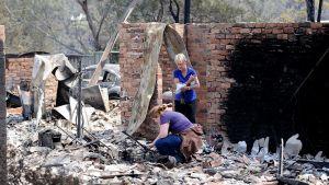 Asukkaat tutkivat palaneen kotinsa raunioita Australian Winmaleessa