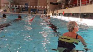Uimareita Hämeenlinnan uimahallissa