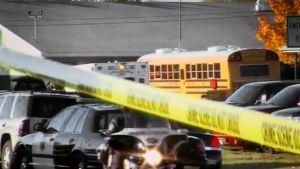 Poliisiautoja, ambulanssi ja koulubussi koulun edustalla Yhdysvaltain Nevadassa.