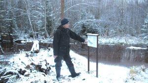 Rautasaostumaa ja ravinteita torjutaan patoamalla metsäojia, rakentamalla laskeutusaltaita ja ennallistamalla soita Jäälinjärven yläpuolella, kertoo Birger Ylisaukko-oja Kokko-ojan pintavalutusaltaalla.