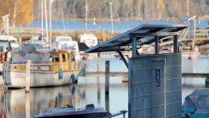 Aurinkopaneeleita Lappeenrannan satamassa.