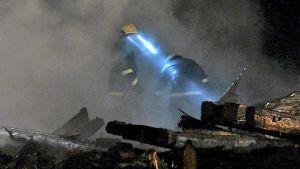 Palomiehet tutkivat tarkasti palopaikkaa