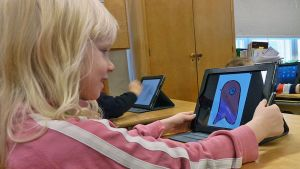 Oppilas työskentelee iPadilla.