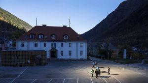 Vuorenrinteelle pystytetyt valtavat peilit heijastavat auringonvaloa Rjukanin kylän keskustaan Norjassa.