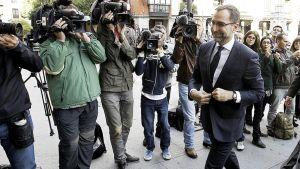 Yhdysvaltain Madridin-suurlähettiläs James Costos saapuessaan ulkoministeriön puhutteluun 28. lokakuuta 2013.