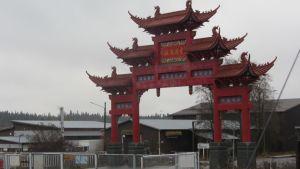 Kiinalaistyylinen punainen portti.