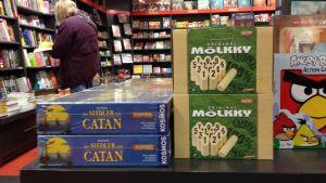 Mölkky-peli berliiniläisessä Dussman-kirjakaupassa
