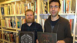 Kaksi kirjastonhoitajaa vinyylilevyt käsissään