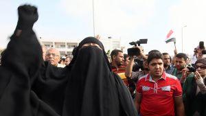 Egyptin syrjäytetyn presidentin Muhammad Mursin kannattajat osoittavat mieltään Egyptin poliisikoulun ulkopuolella.