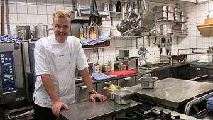 Tero Mäntykangas keittiössä.