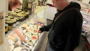 Sami Häkkinen Lahden Kauppahallissa juusto-ostoksilla.