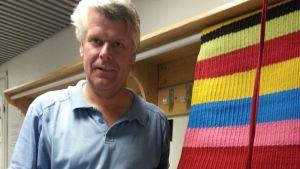 Laptuote-säätiö on lahjoittanut Ilopilleri-maton Nenäpäivän illan huutokauppaan. Maton on valmistanut Pekka Saukkonen. Ilopilleri mattokuosia on valmistettu säätiöllä yli 20-vuoden ajan.