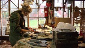 Laura Merz tekee rukkasia citykaneista ja vanhoista nahkavaatteista.