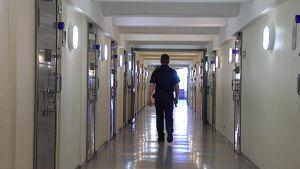 Vanginvartija kävelee vankilan käytävällä.