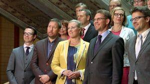 Jyrki Kataisen hallituksen ministerit kokoontuneina yhteiskuvaan Säätytalolla budjettineuvottelujen päätteeksi.
