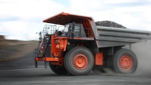 Talvivaaran kaivoksella dumpperi huristelee maa-aineslastissa.