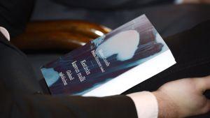Professori Pekka Himasen ja professori Manuel Castellsin johtaman Kestävän kasvun malli -tutkimushankkeen loppuraportti kuuntelijan sylissä julkistustilaisuudessa Säätytalolla Helsingissä torstaina 7. marraskuuta 2013.