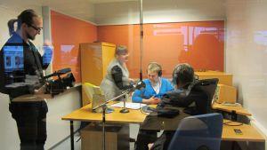 Kalle Niskala kuvaa ja Petra Haavisto auttaa, kun Julius Annanperä alkaa haastatella Lauri Kivistä.