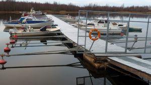 Veneitä on vielä Rajahaudan venesatamassa Oulussa.