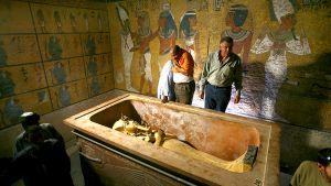 Egyptin antiikkihallinnon virkailijat katselevat faarao Tutankhamonin sarkofagia Egyptin Kuninkaiden laaksossa.