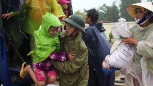 Sotilaat ja pelastusviranomaiset auttavat taifuuni Haiyanin etenemisreitiltä evakuoituja ihmisiä.