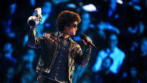 Amerikkalaisartisti Bruno Mars vastaanottaa MTV Europe Music Awards 2013-palkinnon Amsterdamissa 10. marraskuuta 2013.