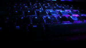 Ultraviolettilamppu näyttää lian tietokoneen näppäimistöllä.