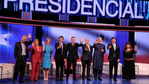 Chilen presidentinvaalien ehdokkaat poseeraavat yhteiskuvassa vähän ennen televisioväittelyä.