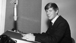 Nuori Markku Veijalainen studiossa vuonna 1964