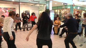 Opiskelikat tanssivat kauppakeskuksessa
