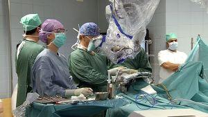 Neurokirurgi Juha Hernesniemi leikkaustiimeineen poistamassa potilaalta epämuodostunutta aivoverisuonta Töölön sairaalassa Helsingissä vuonna 2013.