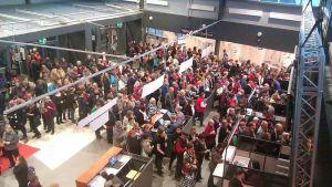 Ihmisiä Messu- ja urheilukeskuksen aulassa
