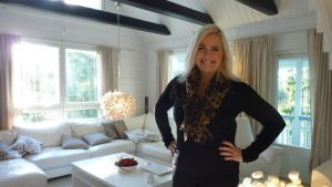 Kaisa Liski kotioloissaan valkoisessa olohuoneessaan