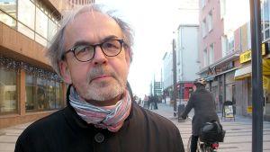 Arkkitehtuurin professori Rainer Mahlamäki Oulun keskustassa
