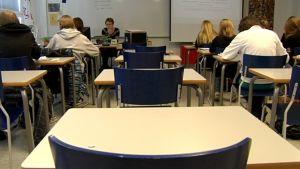 Yläkoululaisia luokassa.