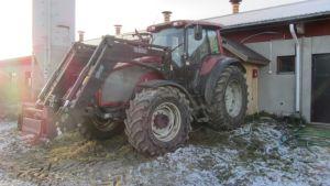 Traktori pyörittää aggregaattia.