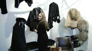 Marita Huurinainen suunnittelemiensa vaatteiden äärellä.