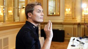 Cheek tiedotustilaisuudessaan Helsingissä 19. marraskuuta 2013.