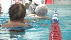Uimareita Tervakosken uimahallin altaassa