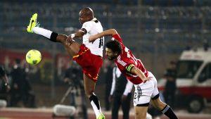 Ghanan Andre Ayew ja Egyptin Hossam Ghaly kaksinkamppailussa.