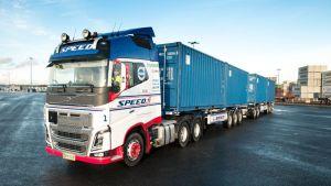 Speed Oy:n 80-tonnia painava jättirekka.