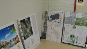 Kuvia plansseista, joissa suunnitelmia Mäntyharjun keskustan uudistamiseen.