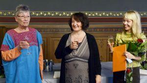 Vuoden 2013 kirjallisuuden valtionpalkinnot luovutettiin kirjailija Monika Fagerholmille (kesk), suomentaja Liisa Ryömälle (vas.) ja ensimmäinen kuvitustaiteen valtionpalkinto kuvittaja Erika Kallasmaalle (oik.) 22. marraskuuta.